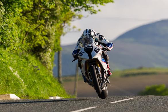Michael Dunlop, pe BMW S 1000 RR, castiga cursa clasei Superbike la Isle of Man TT