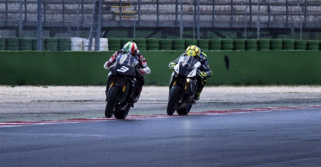 Valentino Rossi se dueleaza pe pista cu Luca Cadalora