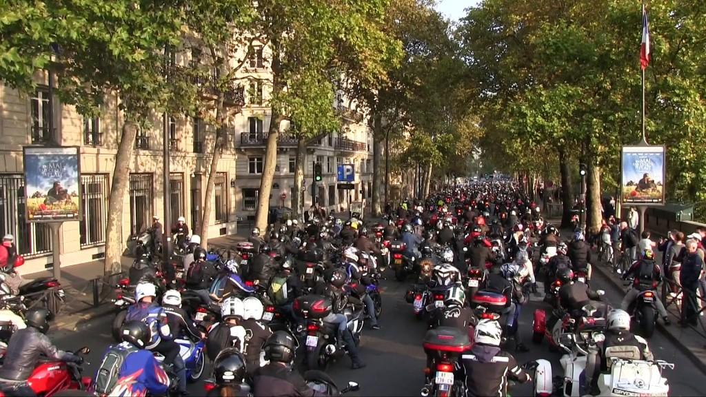 15.000 de motocicliști au ieșit să protesteze pe străzile Parisului [VIDEO]