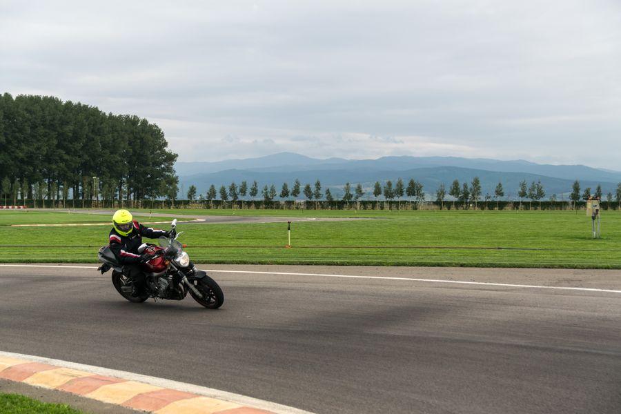 Primul contact cu pista: cursul Rider Academy de abordare a virajelor pe circuit