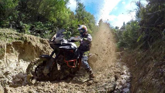 Chris Birch ne uimește din nou în șaua unui KTM 1190 Adventure R [VIDEO]
