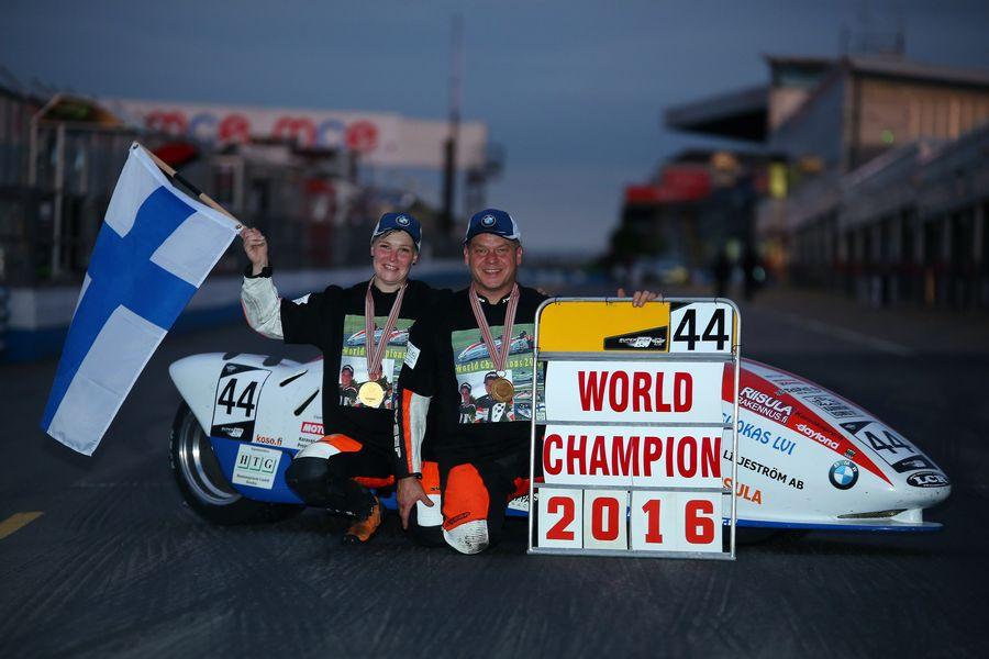 Echipajul BMW Pekka Päivärinta - Kirsi Kainulainen câștigă titlul mondial la motociclism viteză cu ataș