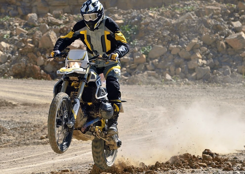 Duel dement la Red Bull Romaniacs: monştrii de 1200 cmc, BMW R nine T Touratech vs.  KTM 1090 Adventure