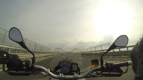Motocicletă vs. avion low cost: 1-0
